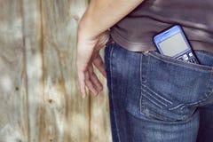 Smartphone en bolsillo de los pantalones vaqueros Foto de archivo