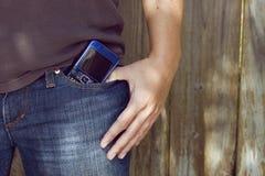 Smartphone en bolsillo de los pantalones vaqueros Fotos de archivo