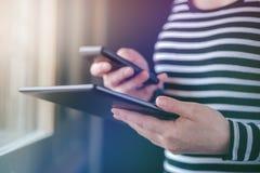 Smartphone en de synchronisatie van tabletgegevens, vrouwen syncing dossiers royalty-vrije stock foto's
