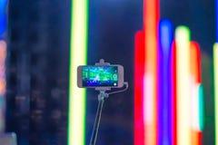 Smartphone en el palillo del selfie Imagen de archivo libre de regalías