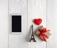 Smartphone en giften op lijst Stock Afbeelding