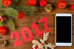 Smartphone en Kerstmisdecoratie op een houten lijst Royalty-vrije Stock Afbeeldingen