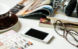 Smartphone en la tabla de la oficina Foto de archivo