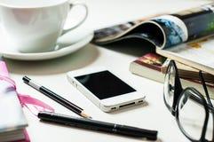 Smartphone en la tabla de la oficina Imagen de archivo libre de regalías