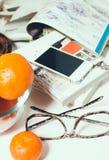 Smartphone en la tabla de la oficina Fotografía de archivo