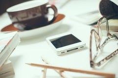 Smartphone en la tabla de la oficina Fotos de archivo