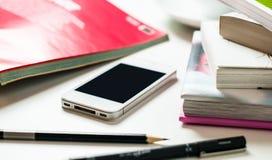 Smartphone en la tabla de la oficina Imagen de archivo