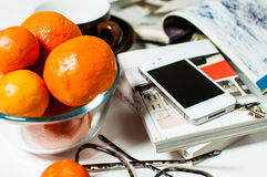 Smartphone en la tabla de la oficina Imágenes de archivo libres de regalías