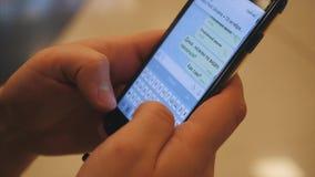 Smartphone en las manos de un hombre de negocios El adolescente da el SMS de la escritura, mandando un SMS en smartphone Hombre q metrajes
