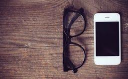 Smartphone en lezingsglazen stock afbeeldingen