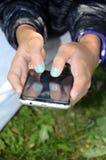 Smartphone en manos del ` s del niño Imágenes de archivo libres de regalías