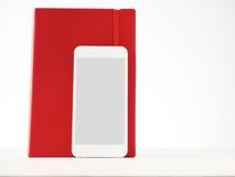 Smartphone en rood notitieboekje, analoog, digitaal, informatiestor stock afbeelding