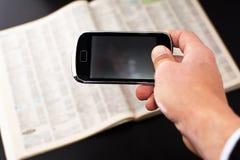 Smartphone en telefoonboek royalty-vrije stock foto's