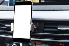 Smartphone en un uso del coche para Navigate o GPS Conducción de un coche con Smartphone en tenedor Teléfono móvil con la pantall imágenes de archivo libres de regalías