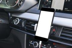 Smartphone en un uso del coche para Navigate o GPS Conducción de un coche con Smartphone en tenedor Teléfono móvil con la pantall Imagen de archivo libre de regalías