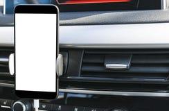 Smartphone en un uso del coche para Navigate o GPS Conducción de un coche con Smartphone en tenedor Teléfono móvil con la pantall Imagenes de archivo