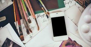 Smartphone en una tabla en el estudio del artista Fotografía de archivo