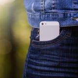 Smartphone en vida cotidiana Teléfono en bolsillo de los vaqueros Fotos de archivo
