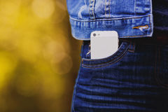Smartphone en vida cotidiana Teléfono en bolsillo de los vaqueros Imagenes de archivo