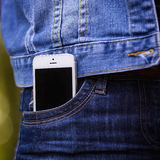 Smartphone en vida cotidiana Teléfono en bolsillo de los vaqueros Imágenes de archivo libres de regalías