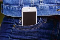 Smartphone en vida cotidiana Teléfono en bolsillo de los vaqueros Foto de archivo libre de regalías