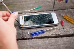 Smartphone endommagé de réparation Images libres de droits