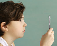 Smartphone envició cierre adolescente del muchacho de la escuela encima de la foto Fotos de archivo