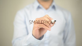 Smartphone, escrita do homem na tela transparente Fotos de Stock