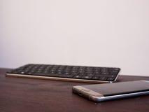 Smartphone et clavier photographie stock