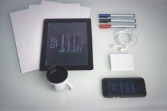 Smartphone et comprimé sur un concept de table pour le site Web Photographie stock
