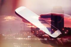 Smartphone et concept d'affaires de double exposition de ville image libre de droits