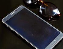 smartphone et lunettes de soleil Photos stock