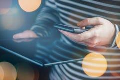 Smartphone et synchronisation de données de comprimé, femme transférant le fi photo stock