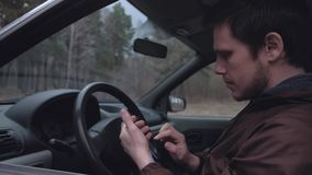 Smartphone européen d'utilisation d'homme, se reposant dans la voiture banque de vidéos