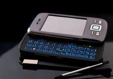 Smartphone för sidoglidarepekskärm med den tomma skärmen på svart bakgrund Fotografering för Bildbyråer