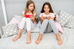 Smartphone för underhållning Ungar spelar mobil modig applikation för smartphone Smartphone applikationbegrepp girlish arkivbilder