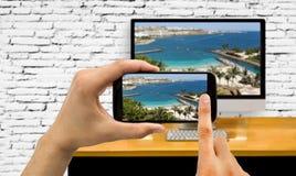Smartphone förband till en dator Arkivbild