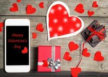Smartphone förlöjligar upp mallen för valentins dag med hjärtaform Arkivbilder