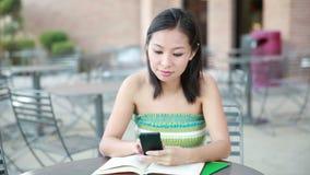 Smartphone flicka som använder app på telefonen lager videofilmer