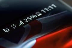 Smartphone 5G sieci 25 procentu ładunek i UK flaga Fotografia Royalty Free