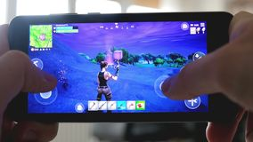 Smartphone gameplay del gioco del royale di battaglia di Fortnite stock footage