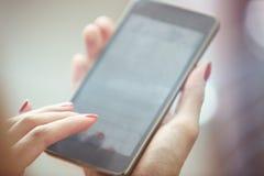 smartphone genom att använda kvinnan Arkivfoton