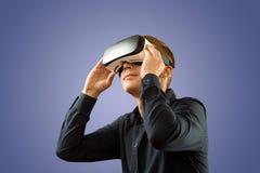 Smartphone genom att använda med VR-exponeringsglas Arkivfoto