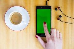 Smartphone-Grünschirm-Frauenhand Stockbilder