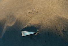 Smartphone ha perso nella sabbia Fotografie Stock