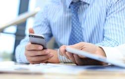 Smartphone handbediend in close-up Stock Foto's