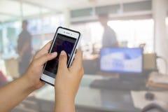 Smartphone-handbovenkant en Onduidelijk beeldbureau Stock Afbeeldingen