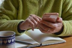 Smartphone in handen stock afbeeldingen