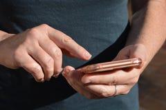 Smartphone in handen royalty-vrije stock foto's