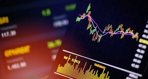 Smartphone handluje online rynków walutowych lub giełda papierów wartościowych rynku map wykresu deski dane fotografia royalty free